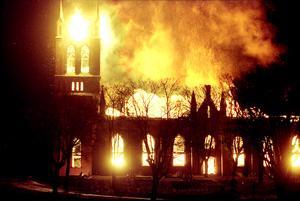Trönö kyrka blev snabbt övertänd och för räddningstjänsten gällde det mest att kyla ner och rädda allt runtomkring kyrkan.