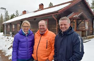 Åsa Ahlgren Peters och Fredrik Ahlgren tillsammans med barn- och utbildningsnämndens ordförande Jan Wiklund (M), i mitten, framför Stuggu på Solsheden.