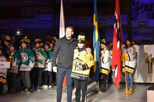 Hemmalaget Skogsbo SK blev bäst av dalalagen på sjunde plats. Här får Kim Ojala priset som hemmalagets bäste spelare, utdelat av Nicklas Lidström.