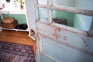 Dörrarna ska inte målas, slitaget är en del av charmen.