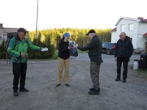 Kurt Söderlund överlämnar en gåva som tack till Åsa Forsblom.