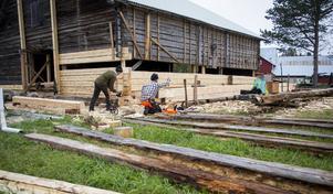 Niklas Turesson och Emil Stangenberg har arbetat med renoveringen av ladan i en månad. Båda har en byggnadsantikvarisk utbildning som snickare bakom sig. Foto: Henrik Karmehag/VK