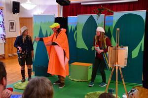 En bit i föreställningen ser vi Kirsten spelad av Sofia Andersson, direktör Jensen spelad av Jan Boholm ( som även spelade rollen som Carsten) och Malgunda spelad av Camilla Wolgers. Foto: Bertil Westin