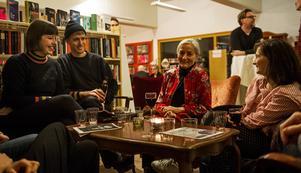Familjejulklappen förverkligades under fredagen. Från vänster syns Sara Rydberg Öhrling, Johan Schaerström, Lena Schaerström och Anna Schaerström.