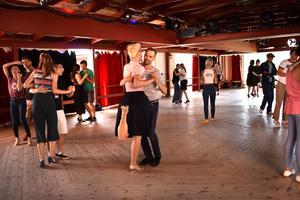 Emellanåt vibrerar stämningen på dansbanan och bland instruktörerna syns idel leenden.