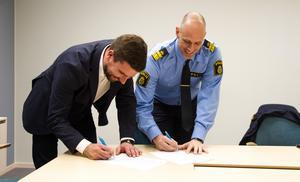 Kommunstyrelsen ordförande Markus Evensson (S) och Hälsinglands lokalpolisområdeschef Karl von Krusenstjerna signerade årets medborgarlöfte i kommunhuset.