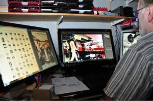 Dags för nästa album. Benny jobbar framför datorn hemma i Kumla. Bild: Privat