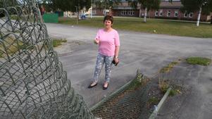 Cecilia Sjölander berättar att det här staketet varit skadat och legat efter marken sedan i vintras. Det här är farligt för barnen, säger Cecilia.