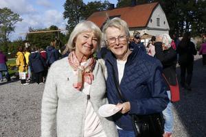 Syrade grönsaker och en kusin – Monica Rumby och Barbro Göransson stortrivdes på årets skördemarknad i Karlslund.