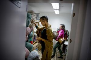 I förrådet finns gott om arbetsredskap som används under yoga- och träningspassen. Mariama och Patricia plockar fram det som behövs.
