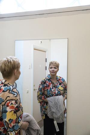 Linda är nöjd och lite förvånad  över hur stor effekt ganska små penseldrag gör.