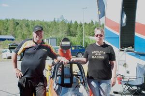 Patrik Garefelt och Petra Garefelt poserar vid sonens bil.