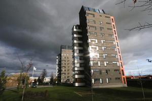 44 lägenheter i de två höghusen på Norra Kungsvägen får nya ägare och Kumla bostäder får 65 miljoner kronor att använda i sin verksamhet.