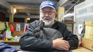 Göran Stolpe har varit med i kaninavelsförbund i 50 år. Han är ordförande för förbundet i Örebro. Han säger att föreningslivet är det som är spännande.