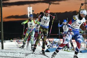 Tysklands Franziska Hildebrand (mitten) på första sträckan i söndagens världscupen skidskytte mixad stafett 2x6km+2x7,5km på skidstadion i Östersund. I bakgrunden syns Anna Magnusson.