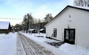 Dalarnas museum kommer att följa arbetet med att gräva ned den nya vattenledning där den passerar igenom ett fornminne inne på Vikmanshyttans Industriområde.FOTO: MIKAEL ERIKSSON