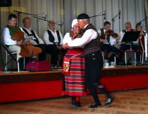 Hambopolska. Gunhild Eriksson och Tord Jönsson, från Hörkens bygdedansare, dansade upp för andra inteckningen av stort silvermärke. Foto:Jeanette Lundbeck