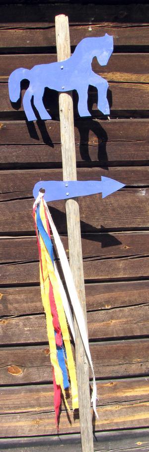 Blå Arbråfålar och glada band visar vägen till de olika slöjdarna längst slöjdrundan.