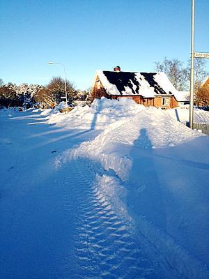 Höga snövallar skymmer sikten.