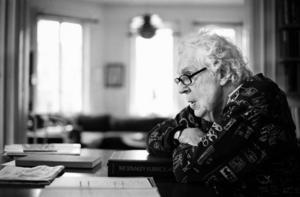 """En livsbejakare. """"På något vis, när jag ser tillbaka på allt jag gjort, så bryr jag mig inte om att känna saknad. Det är roligt att minnas men jag har ingen begåvning för bitterhet. Det är jag jävligt glad över"""", säger Erland Josephson. Foto: Scanpix/Arkiv"""
