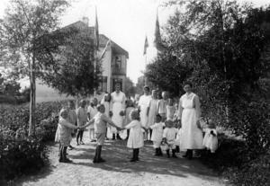 Midsommarfirande på Sundsvalls barnhem. Bild: Sundsvalls museum
