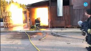 En kollega hinner precis varna brandmännen som är inne i containern. Då sker en kraftig explosion som får containern att lyfta och gör att brandmannen som filmar får svedda ögonbryn.  Foto: Gästrike Räddningstjänst.