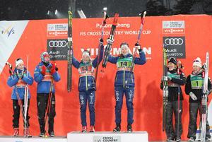 Elin Mohlin tillsammans med Maria Nordström på prispallen efter världscupsegern i Pyeongchang.