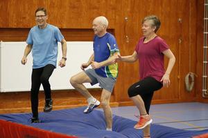Sören Karlsson, StenÅke Holmberg och Yvonne Holmberg med ett leende på läpparna trots den tunga benövningen.