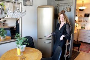 Kylskåpet i guld blev perfekt i köket med svensk kristallkrona.