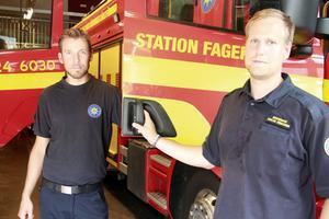Christian Thunström och Niklas Eriksson jobbar som brandmän vid Södra Dalarnas räddningstjänstförbund. De var trötta efter arbetspasset vid skogsbranden i Torgås.