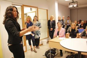 Maria Alriksson från Apotea i Morgongåva var en av arbetsgivarna som berättade om det framgångsrika samarbetet med Arbetsförmedlingen. Arbetsmarknadsminister Ylva Johansson, i rosa kavaj, sade sig vara imponerad över en väl fungerande verksamhet.