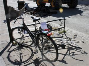 Ett par cyklar blev kvar innanför avspärrningen. De kommer att köras i väg för förvaring så ägarna har chans att ta hand om dem.