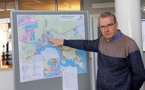 Håkan Eriksson, planarkitekt, pekar ut en av platserna på översiktsplanen där det finns oklarheter, Stordalen. Bland annat vill man få besked av Trafikverket var järnvägen ska placeras i den 700 meter breda korridor som finns markerad.