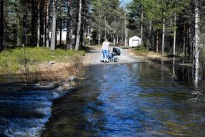 Storån stiger och nu har Mimmi Åslund med familj blivit öboende.