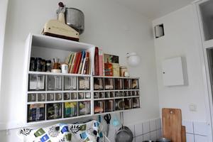 Köket är original. De klassiska skafferihyllorna med glasskäppor har Gustav hittat i grovsoprummet.Foto: Janerik Henriksson / TT