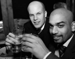 31 december 2001. Martin Tauberman och Peter Nilsson firar årets sista kväll på Konrad.