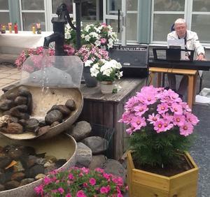 Göran på keyboard, underhöll i en underbar blomsterprakt.