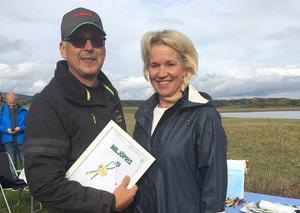 Miljöpristagare Kenneth Hebert tog emot priset av Lena Lagestam, styrelseordförande i Borlänge Energi och sammankallande i Centerpartiets Miljögrupp.