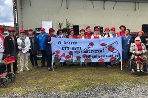 Tanterna har fått nog av orättvisor. Ett pensionssystem som missgynnar kvinnor får Tantpatrullen att se rött.(Bild från en manifestation i Bräcke).  Foto. Anita Näsberg