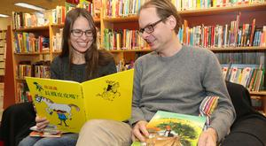 Hälften av pengarna ska gå till barnböcker, berättar Jenny Carlsson och Anders Jansson och bläddrar i Pippi på kinesiska och Pettson på romani.