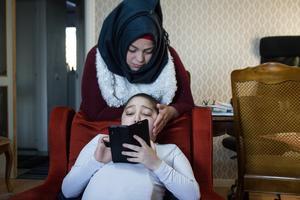 Walid tittar ofta på Youtube . Nu har han mamma Iman vid sin sida hela t iden.