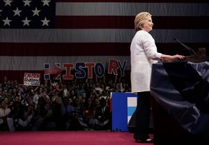 Väljare i New York visar sitt stöd för Hillary Clinton som efter segern i Kalifornien vågade utropa sig själv till demokraternas kandidat.