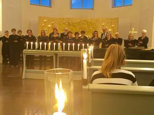 Norrala-Trönö kyrkokör bjöd på vacker körsång både i Norrala och Trönö kyrkokör  på Allhelgonadagen. Organist var Jan Brolin. Foto: Jan-Eric Berger.