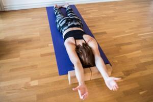 Floor Clock– Overhead Position: Rätar ut hela kroppen för att motverka de hållningsfel som uppkommer vid sittande.