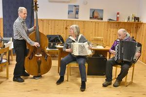 Sven Ivar Henriksson, Lilian Klingbjer och Tore Edelsvärd underhöll på första månadsmötet. Foto: Karin Haxner