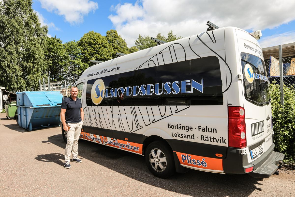 Solskyddsbussen - en portabel butik där kunderna kan känna på materialet.