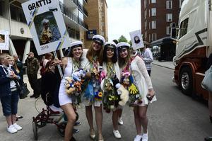 Kim Wiklund, Sara Kyrk, Ellinor Shotmiller Dahlin och Linnéa Molin jublar utanför skolan.