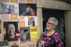 En vägg i köket är full av bilder och tidningsartiklar om Hulda Källberg, 109 år, och de sex generationerna. Eva Nyström, Huldas barnbarn, visar.