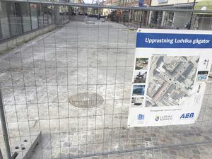 """Gågateprojektet inleddes förra i mars i fjol med ett antal trädfällningar och i maj 2018 inleddes byggarbetena. Nu är arbetet i princip klart och senast torsdag morgon kommer """"buren"""" att vara bortplockad."""