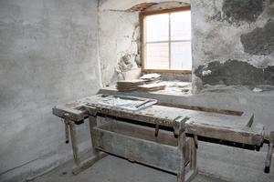 En välanvänd snickarbänk av gammalt datum står fortfarande kvar i ladans förrådsrum.